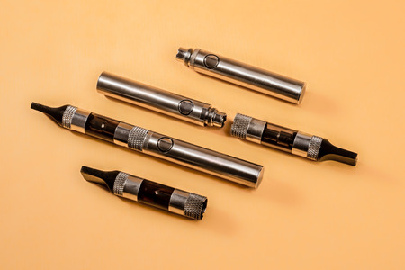adverse: The different parts of an electronic cigarette displayed with three such cigarettes.