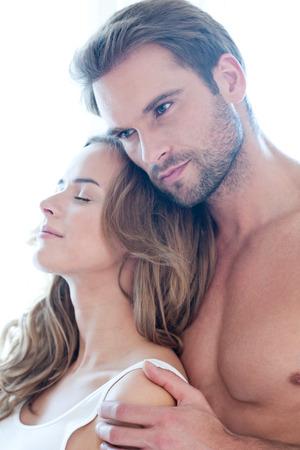femme romantique: Aimer beau couple isol� sur blanc - portrait - jeune, caucasien