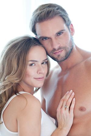 femme romantique: Portrait de jeune beau couple heureux en blanc