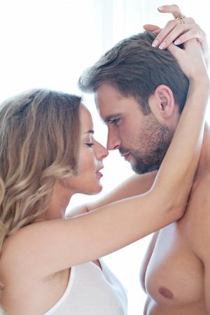 femme romantique: Portrait de beau couple heureux isol� sur blanc - portrait - d�licate femme caucasien
