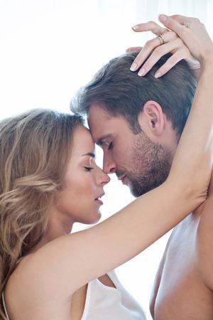 belle brune: Portrait de beau couple heureux isol� sur blanc - portrait - d�licate femme caucasien