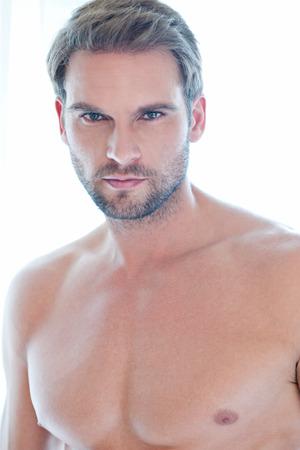 visage d homme: Close up portrait d'un jeune homme à l'intérieur avec de très beau visage contre le bruit de fond naturel Banque d'images