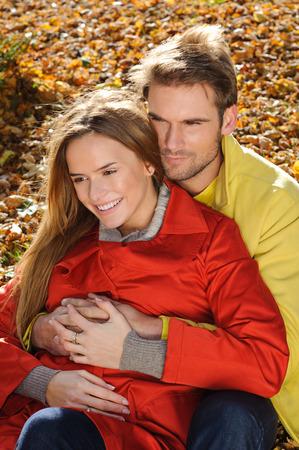 Giovane coppia nel parco in un colpo di moda, sia guardando lontano - autunno, parco, foglie Archivio Fotografico - 35837599