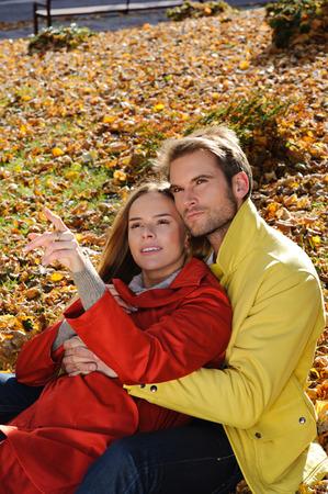Giovane coppia nel parco in un colpo di moda, sia guardando lontano - autunno, parco, foglie Archivio Fotografico - 35837605