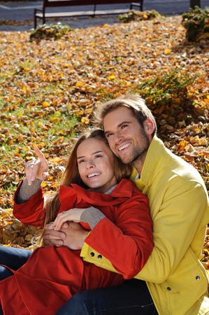 Giovane coppia nel parco in un colpo di moda, sia guardando lontano - autunno, parco, foglie Archivio Fotografico - 35837606