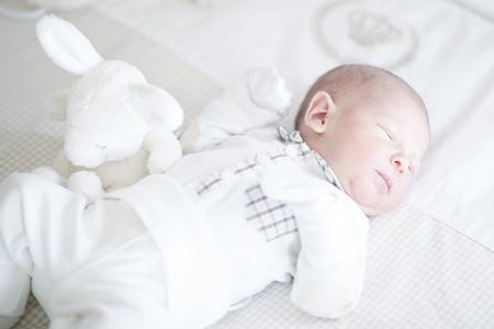 Adorabile neonato dorme sulla schiena Archivio Fotografico - 35837613