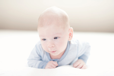 Charming neonato bambino in blu su un letto Archivio Fotografico - 35837632