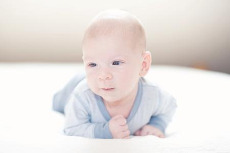 Charme neonato felice ragazzo in blu su un letto Archivio Fotografico - 35837633