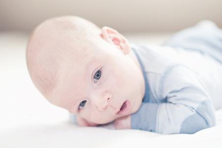 Neonato cute cute appena nato in azzurro su un letto Archivio Fotografico - 35837634