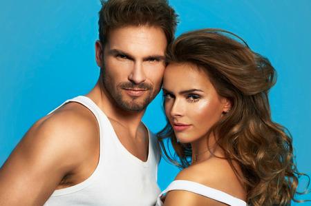 Portrait der Zauber Paar isoliert auf blauem Hintergrund. Attraktive Mann und Frau