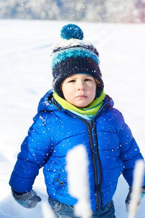 Felice 2 anni bambino ragazzo su una passeggiata nel parco invernale Archivio Fotografico - 36360106