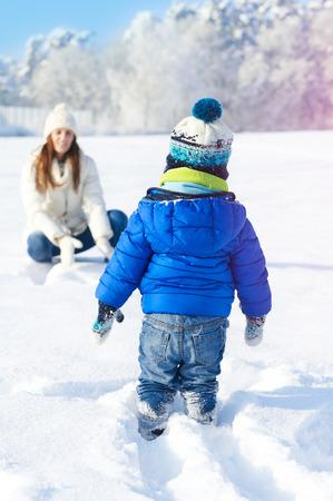 Famiglia felice sulla camminata nella soleggiata, giorno di neve - vacanze invernali Archivio Fotografico - 36360110