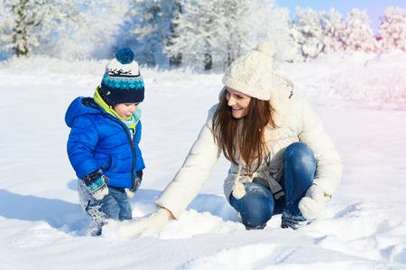 Famiglia felice sulla camminata nella soleggiata, giorno di neve - vacanze invernali Archivio Fotografico - 36360113