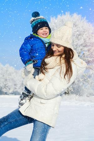 Famiglia felice che sorride in giorno di neve - inverno ritratto della madre e del bambino Archivio Fotografico - 36360247