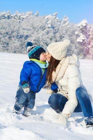 Famiglia felice sulla camminata nella soleggiata, giorno di neve - vacanze invernali Archivio Fotografico - 36360249