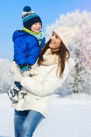Ritratto di bambino e la madre in giornata invernale Archivio Fotografico - 36360254