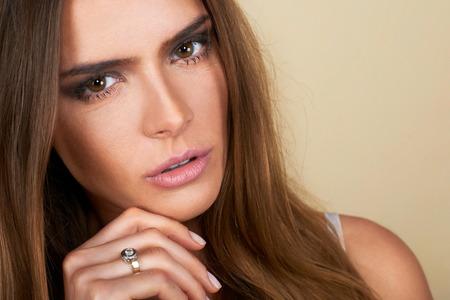 Close up ritratto di donna bella spa toccare il viso. Perfetto fresco, giovanile e la pelle delicata Archivio Fotografico - 36588469