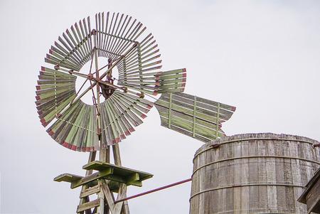 JOHNSON CITY, TEXAS - APRIL 3, 2018 - The Windmill and Rain Barrel at the Johnson Settlement at LBJ National Historical Park Redactioneel