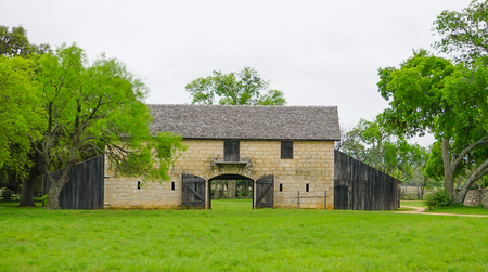 JOHNSON CITY, TEXAS - APRIL 3, 2018 - The Brucker Barn at the Johnson Settlement at the Lyndon B Johnson National Historical Park Redactioneel