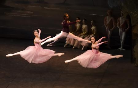 Sigfrido salta Con Dos Maiden
