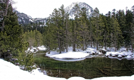 Crystalline backwater in a route of trekking by Aigüestortes i Estany de Sant Maurici National Park,  one of the fourteen Spanish National Parks, the second in the Pyrenees and the only one in Catalonia Stock Photo - 17067779