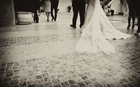 Novia y padrino justo antes de la entrada de la iglesia. Dios para unir a un hombre y una mujer en un solo cuerpo
