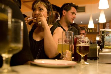 SALAMANCA, ESPAÑA 29 de abril Un bar lleno de gente en el restaurante Salamanca Downtown, cerca de la Plaza Mayor, el 29 de abril de 2011 en Salamanca, España Este barrio alberga un gran número de bares y restaurantes Editorial