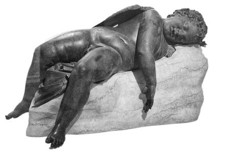 eros: Statua in bronzo di Eros dormire sul marmo, isolato su bianco Archivio Fotografico