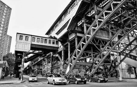 NUEVA YORK - 22 de junio vías del tren elevado y edificios de la estación echaron las calles abajo en la sombra en el barrio Harlmen, Nueva York 22 de junio 2008 Foto de archivo