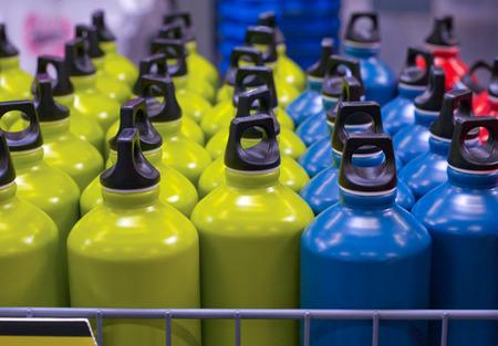 Caja llena de botellas de agua metálicos de aluminio en el mercado listos para vender