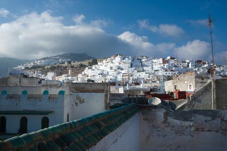 Casas en la ladera de la montaña en la ciudad real de Tetuán, cerca de Tánger, Marruecos Foto de archivo