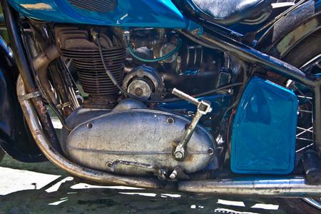 cilinder: Vecchio motore moto blu con dettagli arrugginiti e texture Archivio Fotografico