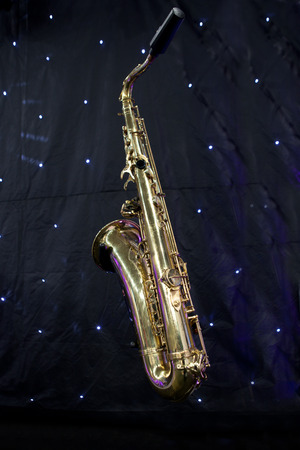 soprano saxophone: Saxofón aislado sobre fondo negro con pequeñas luces led señala shininhg como estrellas