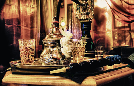 Pipa de agua árabe con juego de té en la hermosa decoración árabe en el centro de Granada, España
