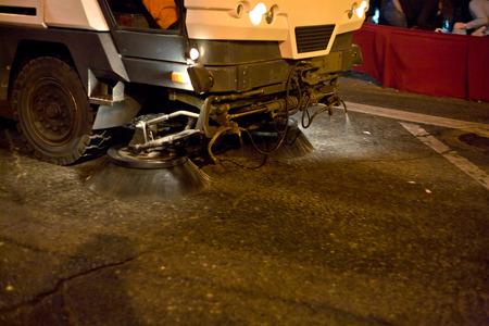 Detalle de una máquina coche barrendero que limpia el camino antes de un desfile