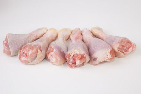 muslos: Muslos de pollo o las piernas aisladas sobre fondo blanco