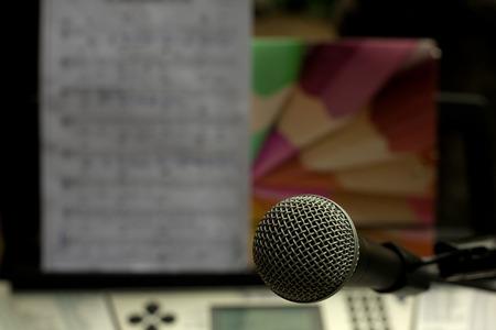 partition musique: Microphone et musique partition sur le clavier de l'orgue. Mise au point s�lective Banque d'images