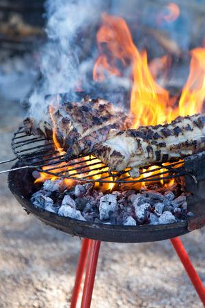 slaughtering: Alcuni pezzi di grasso sul barbecue. Macellazione casa tradizionale in una zona rurale, Extremadura, Spagna Archivio Fotografico