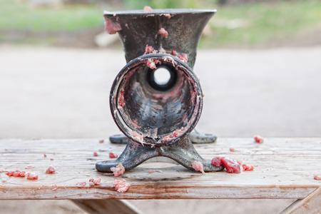 slaughtering: Macchina tritacarne manuale dopo l'uso. Macellazione casa tradizionale in una zona rurale, Extremadura, Spagna