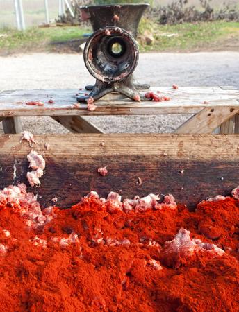 slaughtering: Trogolo di legno pieno di terra carne cruda coperto di spezie poco prima di essere mescolato a getchorizo ??o salsicce. Macellazione casa tradizionale in Extremadura, Spagna