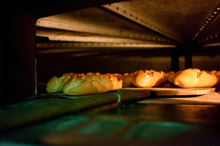 Horno dentro de un montón de pan. Proceso de fabricación del pan español