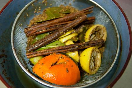 orange peel clove: Ingredienti alimentari di frittella tradizionale rivestito di Extremadura, Spagna, chiamati escaldones