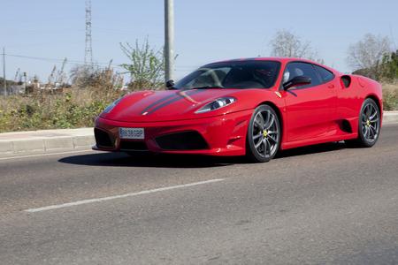BADAJOZ, ESPAÑA - 14 de marzo 2015: mostrar Ferrari coches en Badajoz Ciudad en resorts Complejo Alcántara, 14 de marzo de 2015. Red Ferrari F430 Spider en la carretera