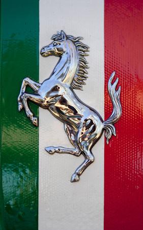 BADAJOZ, ESPAÑA - 14 de marzo 2015: mostrar Ferrari coches en Badajoz Ciudad en resorts Complejo Alcántara, 14 de marzo de 2015. Cavallino Rampante, símbolo de Ferrari, sobre la bandera de Italia