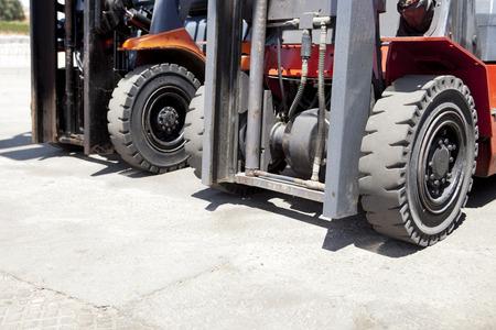 carretillas almacen: Partes de cargador de carretilla elevadora para el almacén de obras al aire libre. cargadoras de neumáticos de montacargas Foto de archivo