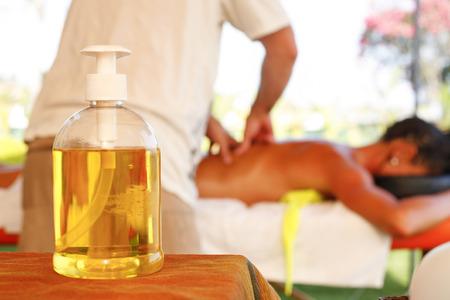 Aceite de masaje de Terapia en el centro turístico de playa Foto de archivo