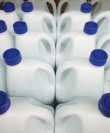Foto de varias botellas blancas de blanqueo a la venta en un supermercado