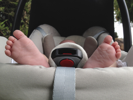 maxi: One month age baby feet at maxi cosi baby seat