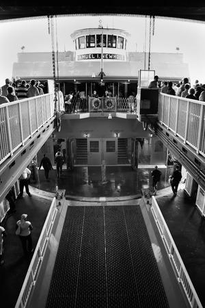 staten: NEW YORK - JUN 23: Commuters walk towards the Staten Island Ferry at Whitehall Terminal, on June 23, 2008 Editorial
