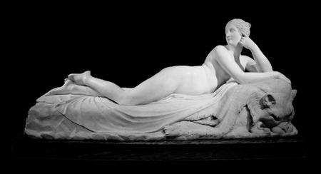 Mujer de mármol desnudo mintió estatua con piel de león, aislado en el fondo negro